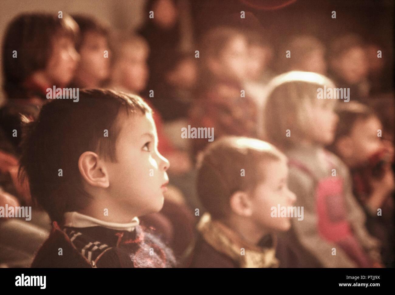 Kinder im Kasperltheater, schauen gebannt auf eine Auffuehrung, Spannung, Interesse (Modellfreigabe) - Stock Image