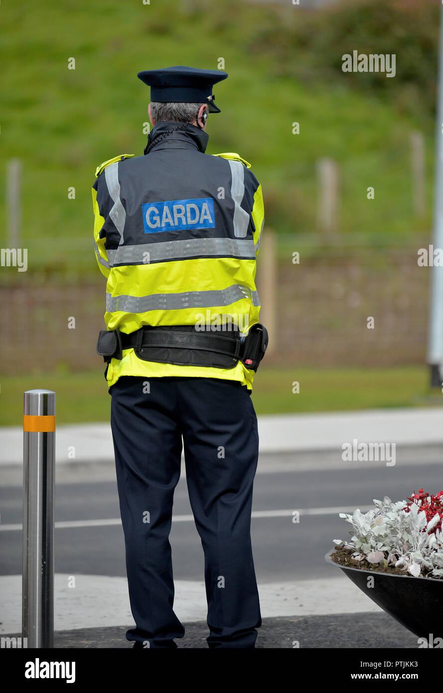 Member of the An Garda Siochana, Irish police, on duty in Buncrana, County Donegal, Ireland. ©George Sweeney / Alamy Stock Photo
