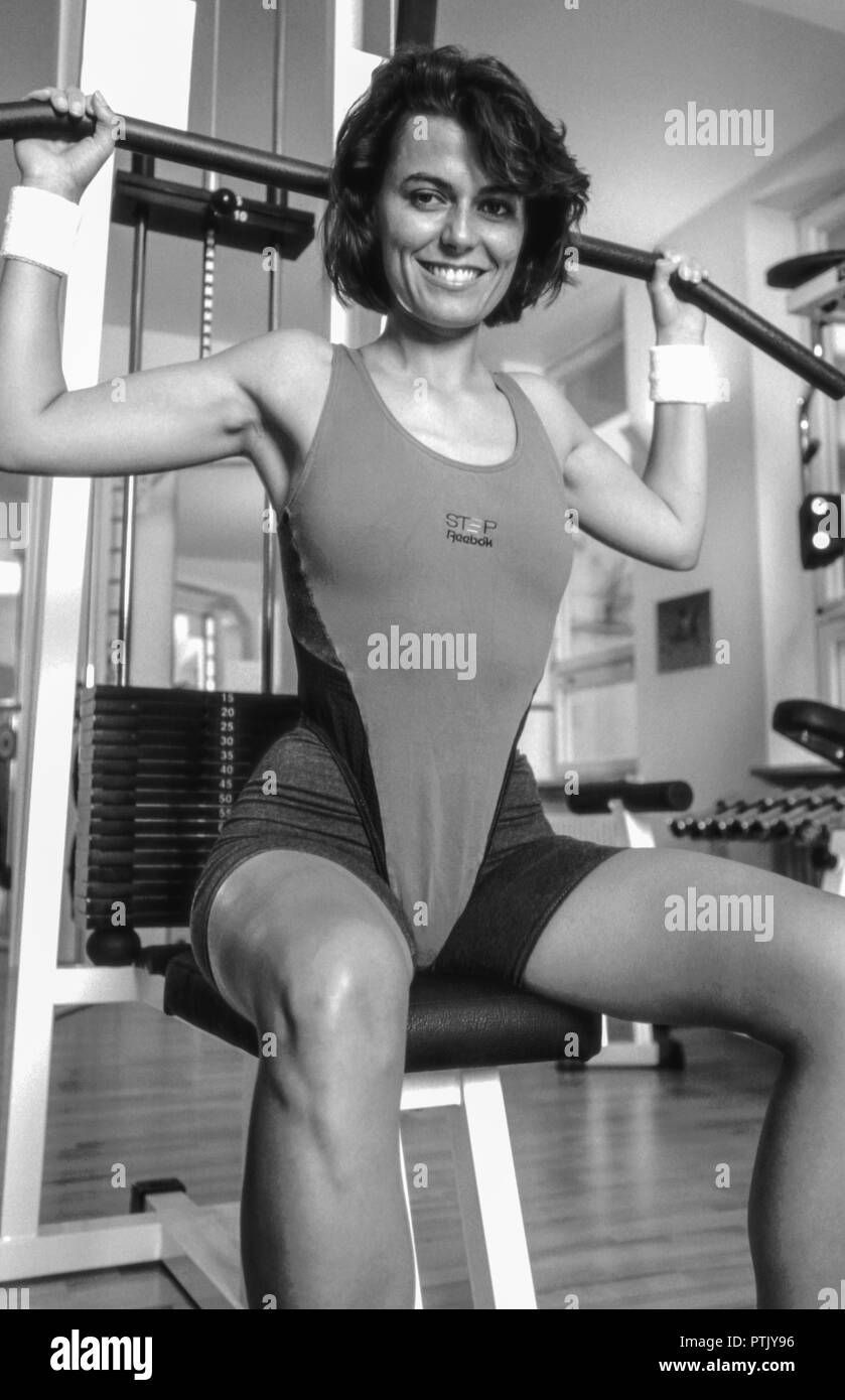 Frau, Fitnesscenter, Trainingsgeraet, S/w, Aktivitaet, , Erwachsene, Fitness, Fitnessgeraet, Gesundheit, Kraft, Kraeftig, Krafttraining, Schwarzweiss, Stock Photo