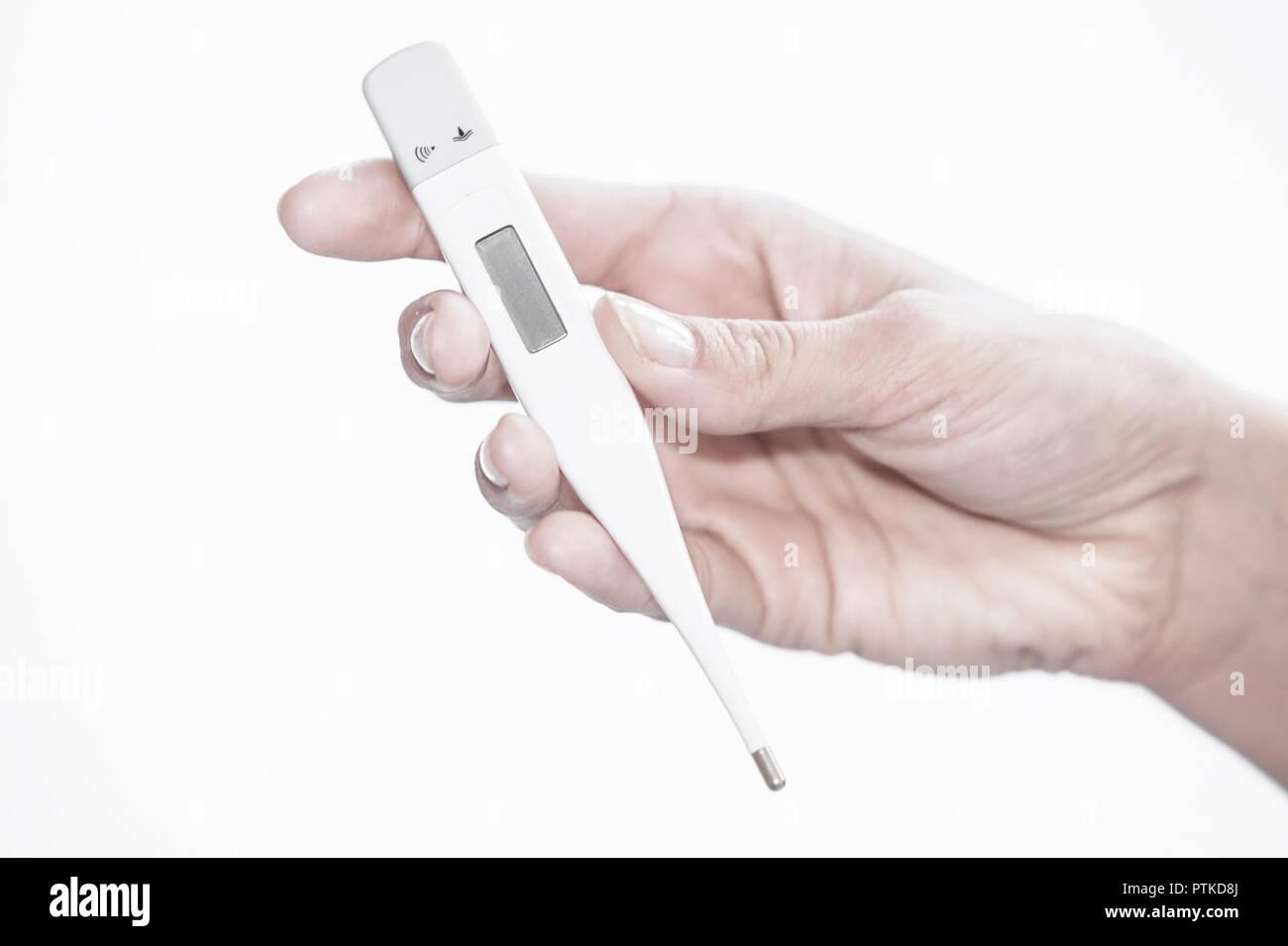 Frau Fieber Hand Fieberthermometer Krankheit Thermometer Temperatur Erkaeltung Grippe Fiebrig Close up (Modellfreigabe) Stock Photo