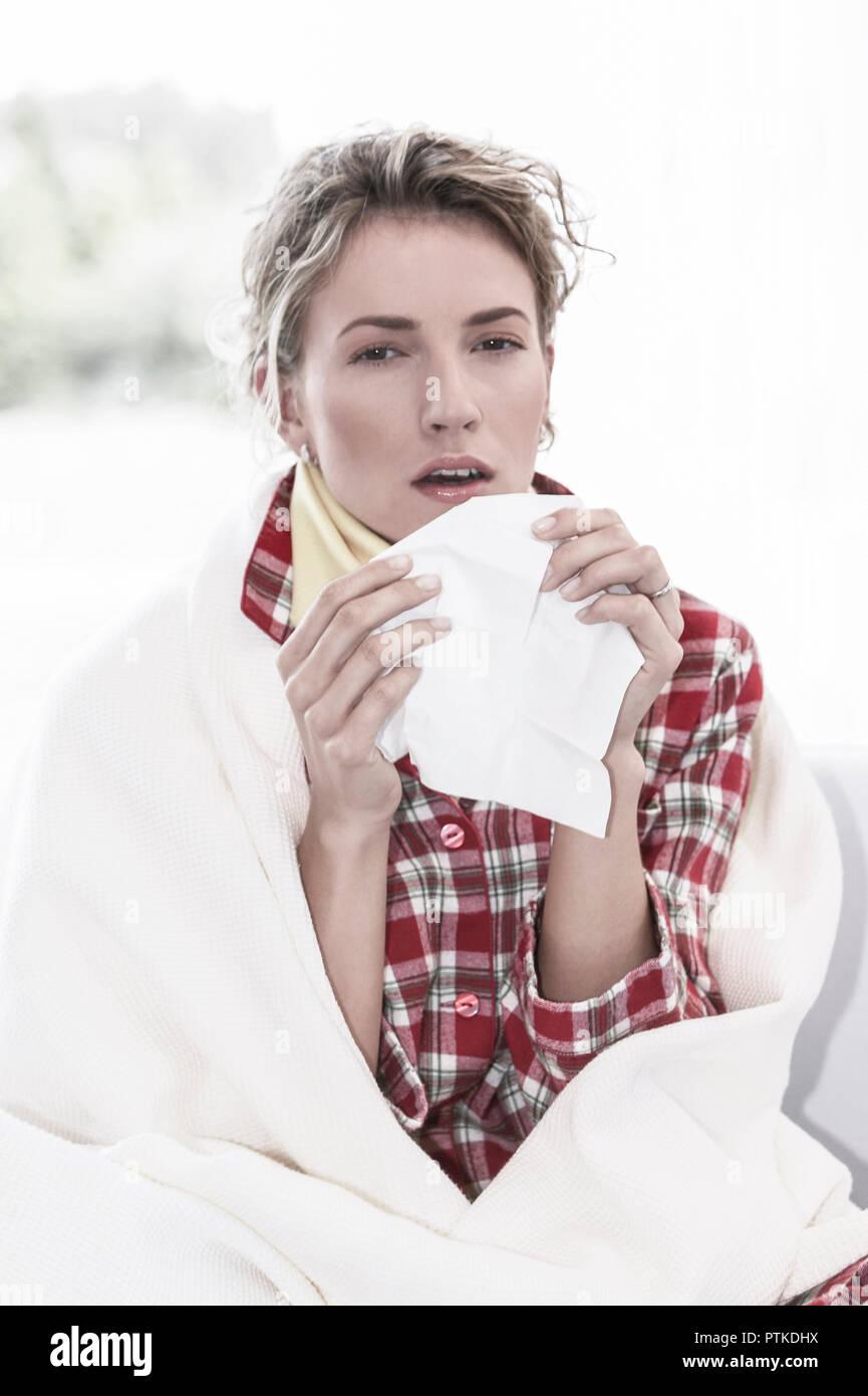 Frau Jung Schnupfen Taschentuch Erkaeltung Krank Krankheit Grippe Grippeerkranknung Nase Putzen Gesicht Viruserkrankung Influenza Virusgrippe Papierta Stock Photo