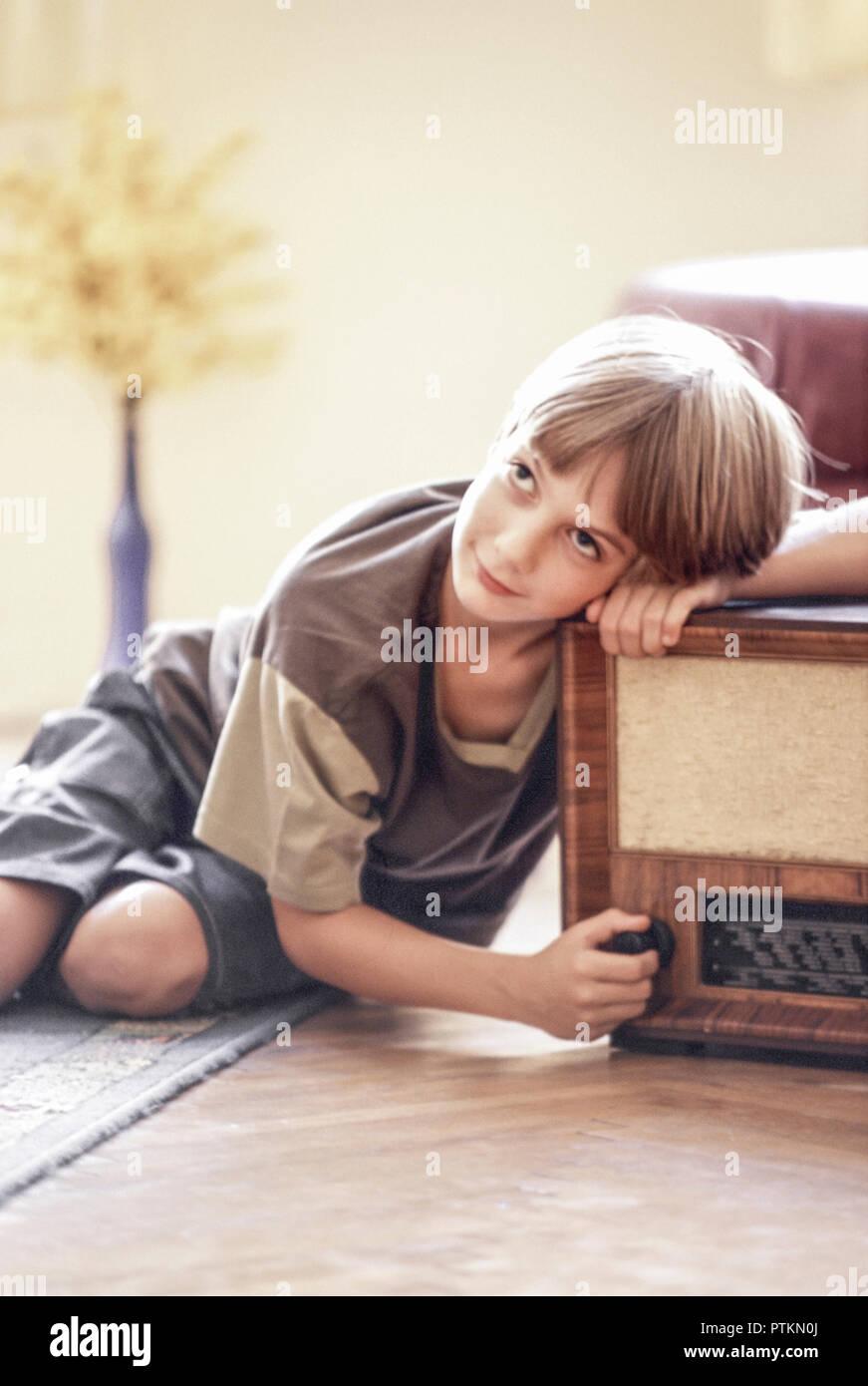 Nostalgie Junge Radio Hoeren Wohnzimmer Zu Hause Sitzen