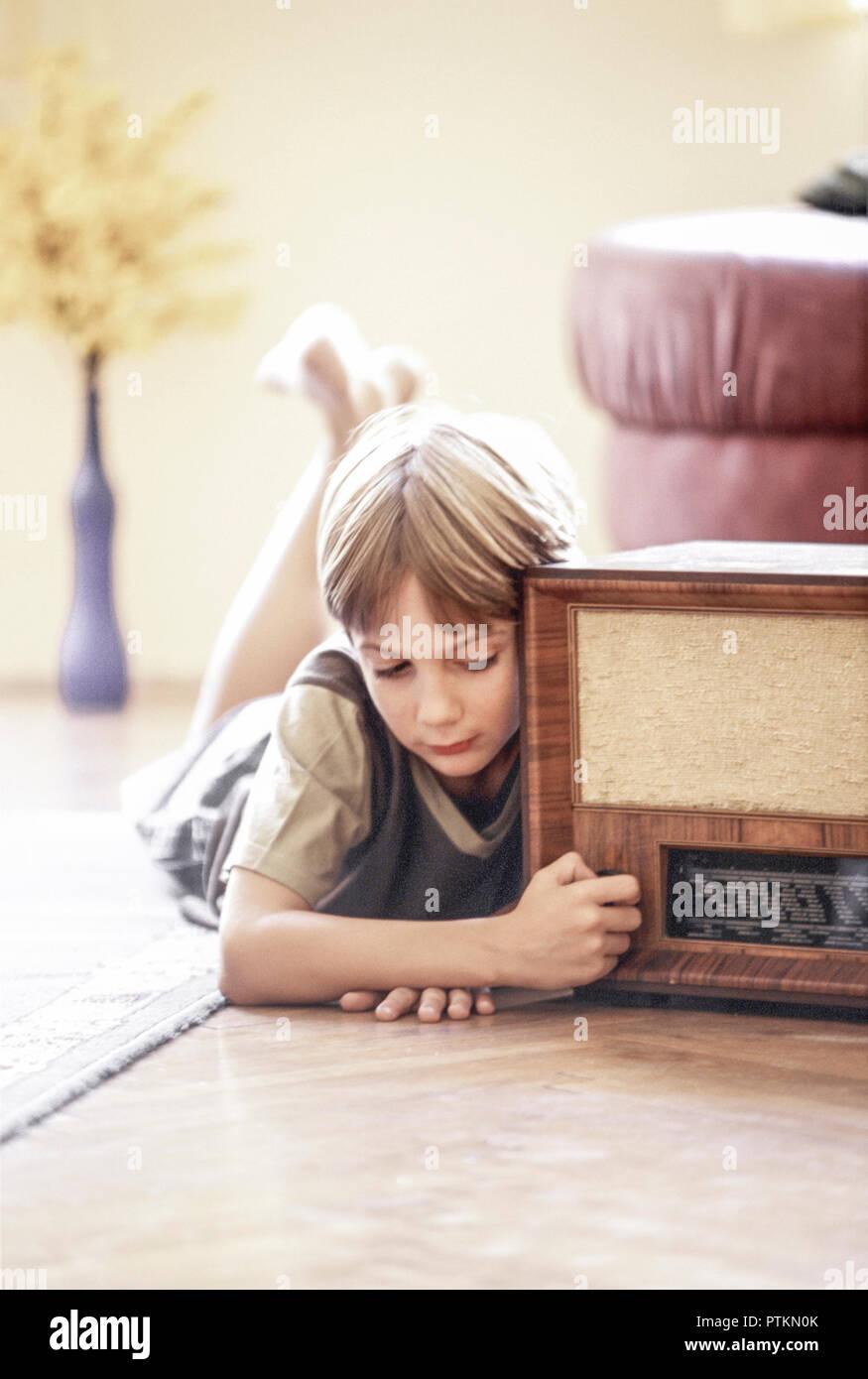 Nostalgie Junge Radio Hoeren Wohnzimmer Zu Hause Liegen