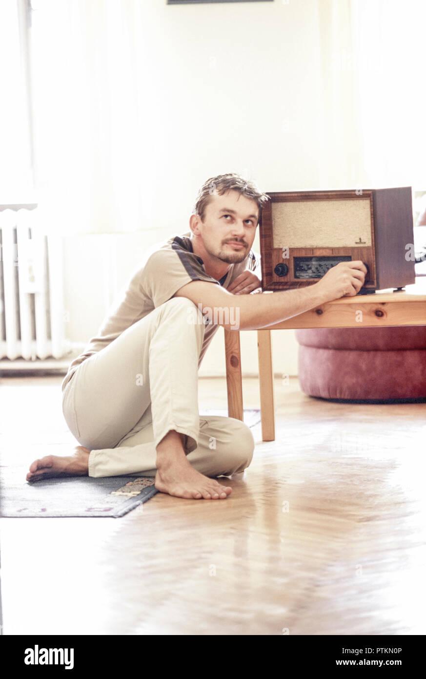 Nostalgie Mann Radio Hoeren Wohnzimmer Zu Hause Sitzen Boden