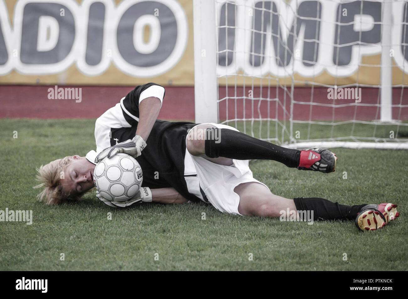 Fu?ball Fussball Spieler Spielszene Torwart Torhueter Ball Halten Fangen Ballspiel Mannschaftssport Keeper Fussballspiel Kicken Spielen Dynamik Ballsp - Stock Image