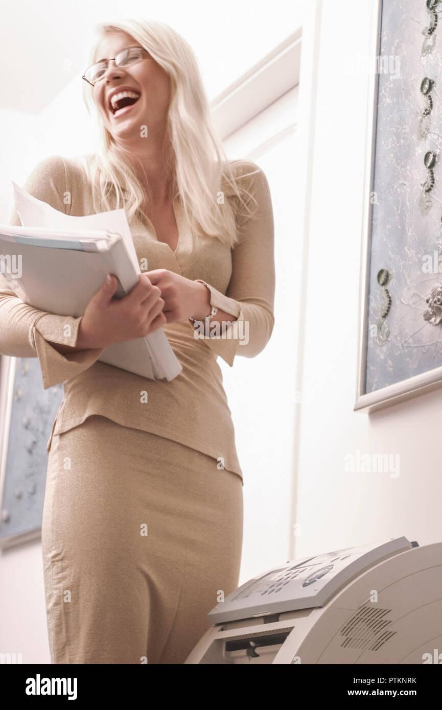 Buero Geschaeftsfrau Business Managerin Sekretaerin Angestellte Frau Lachen Froehlich Lifestyle Stimmung Positiv Freundlich Brille Innen (Modellfreiga Stock Photo