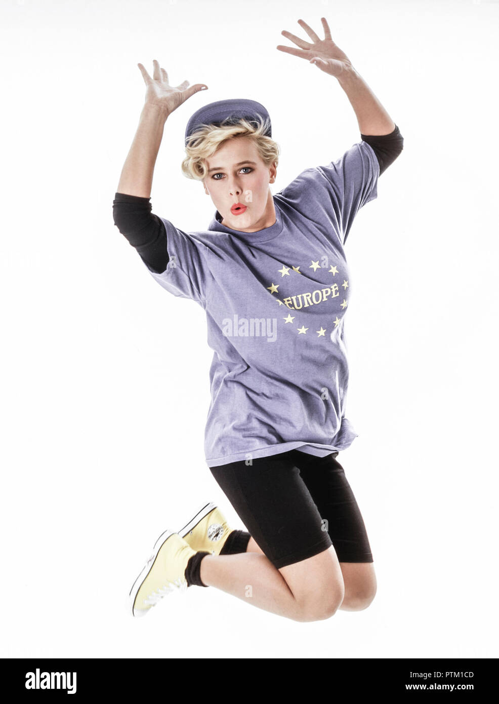 Frau in EU T-Shirt springt in die Luft, Gestik, Freude, , Europa (Modellfreigabe) - Stock Image