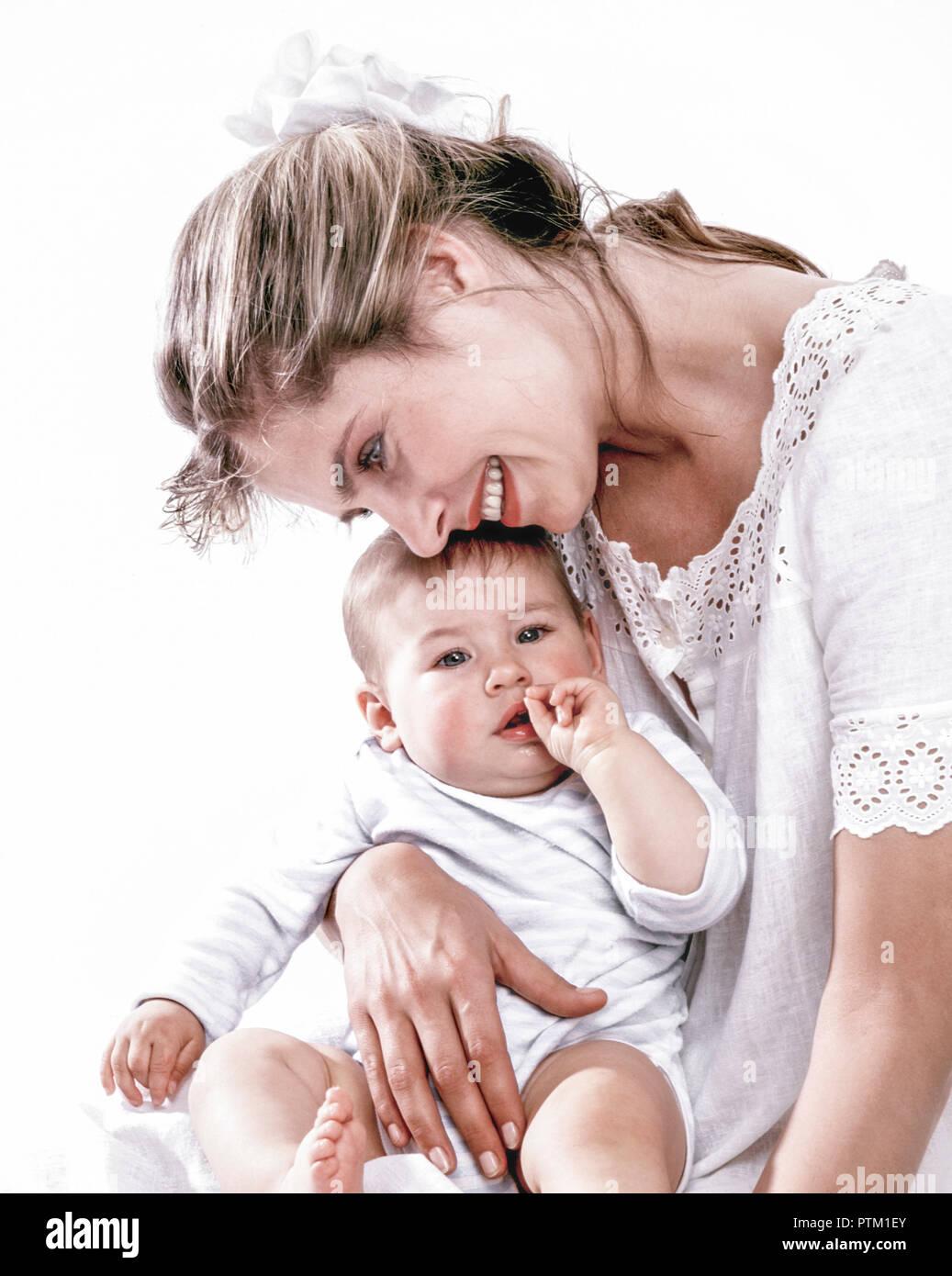 Mutter schmust mit ihrem kleinen Kind, Baby (Modellfreigabe) Stock Photo