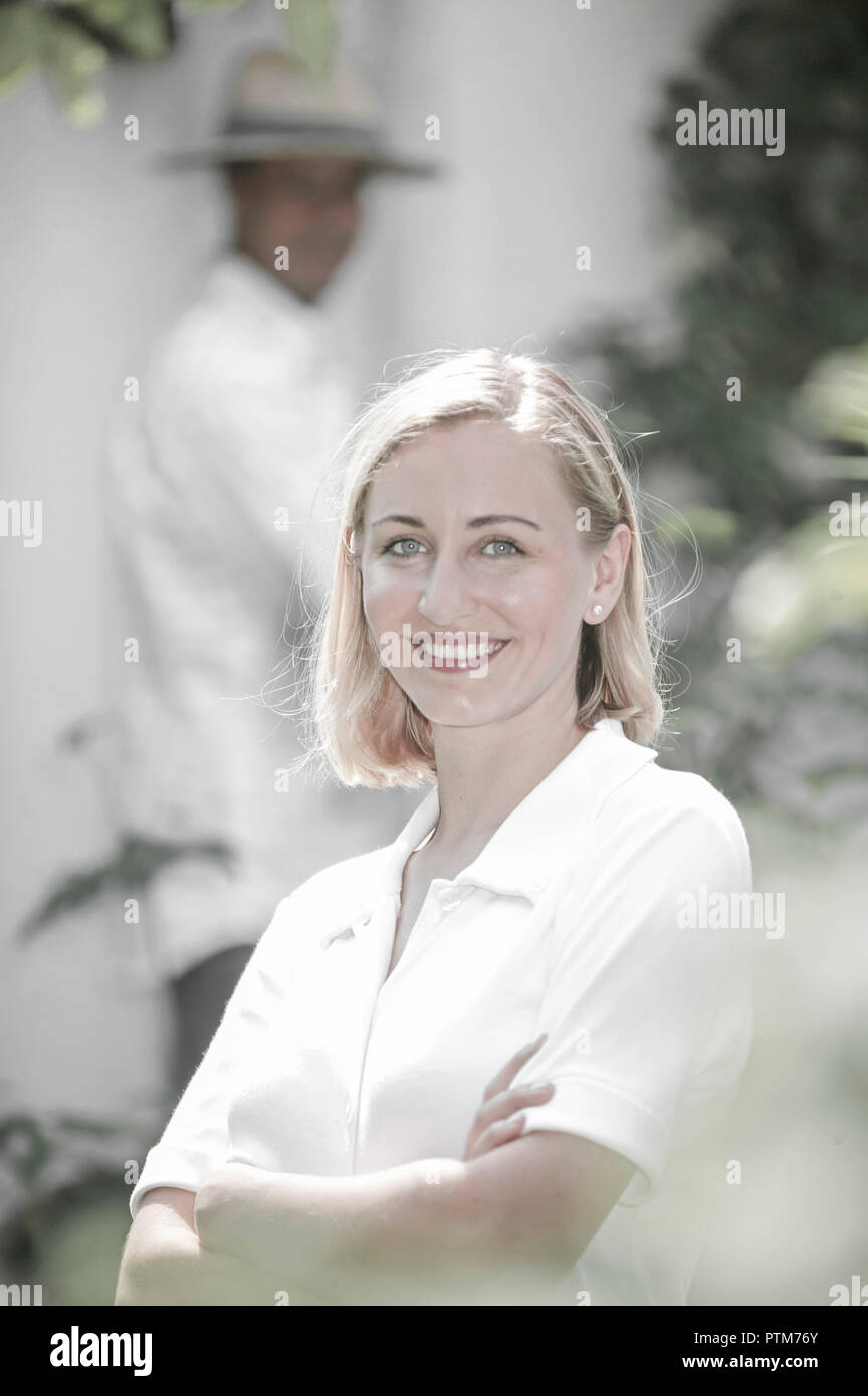 Garten Frau Jung Laecheln Gluecklich Portrait Frauenportrait Sommer Freizeit Lifestyle Erholung Erholen Froehlich Attraktiv Attraktivitaet Schoenheit  Stock Photo