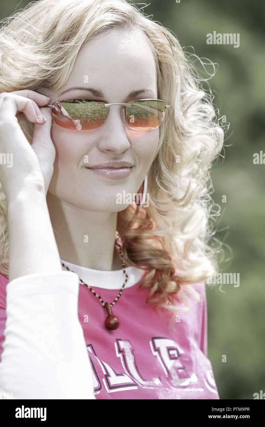 Frau Jung Sonnenbrille Blonde Haare Blick Kamera Portrait Sommer