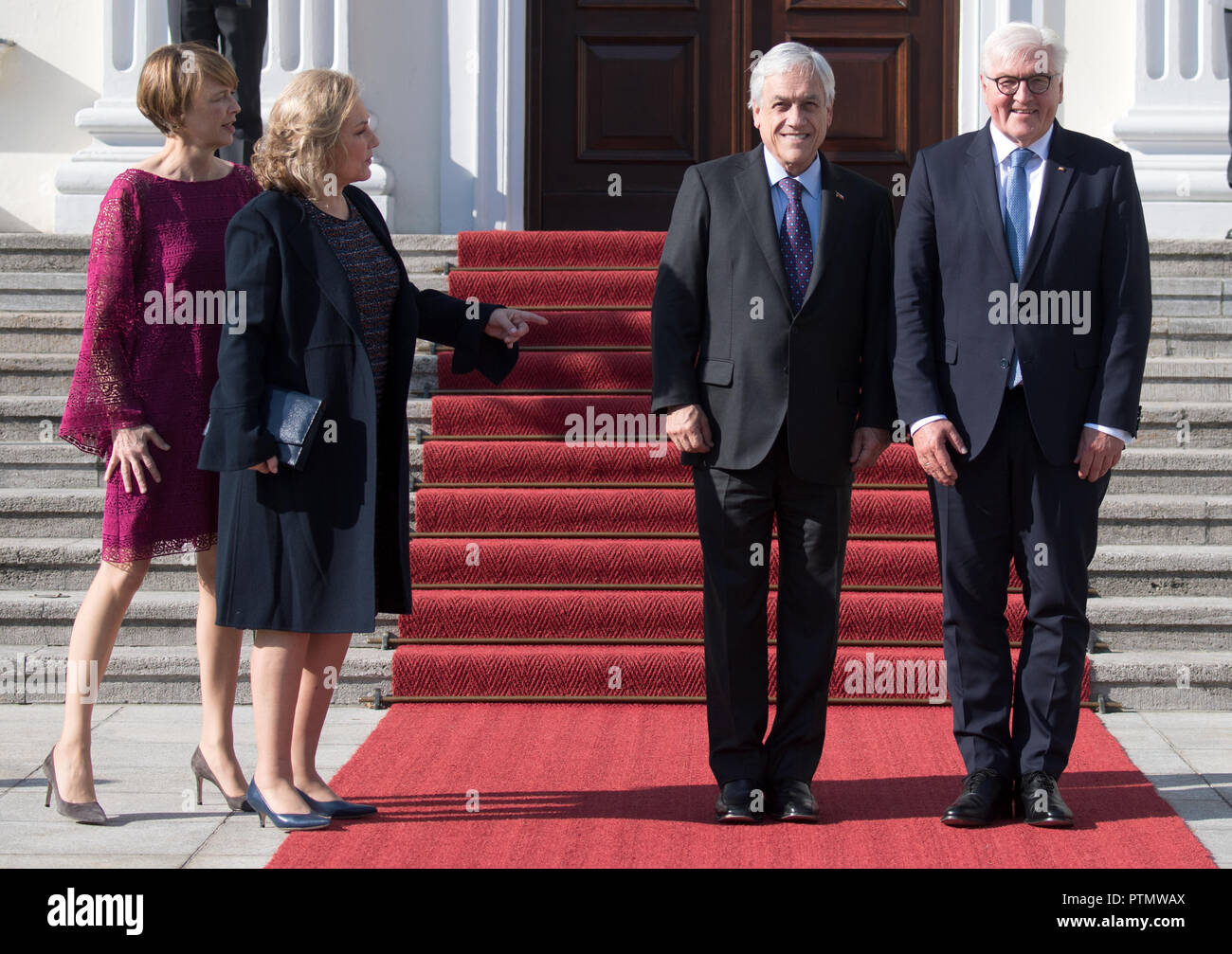 10 October 2018, Berlin: Federal President Frank-Walter Steinmeier (r-l), Sebastian Pinera, President of Chile, the wife of the Chilean President, Cecilia Morel, and Elke Büdenbender, wife of the Federal President, are standing in front of Bellevue Castle during the welcoming address. Photo: Ralf Hirschberger/dpa-Zentralbild/dpa Stock Photo