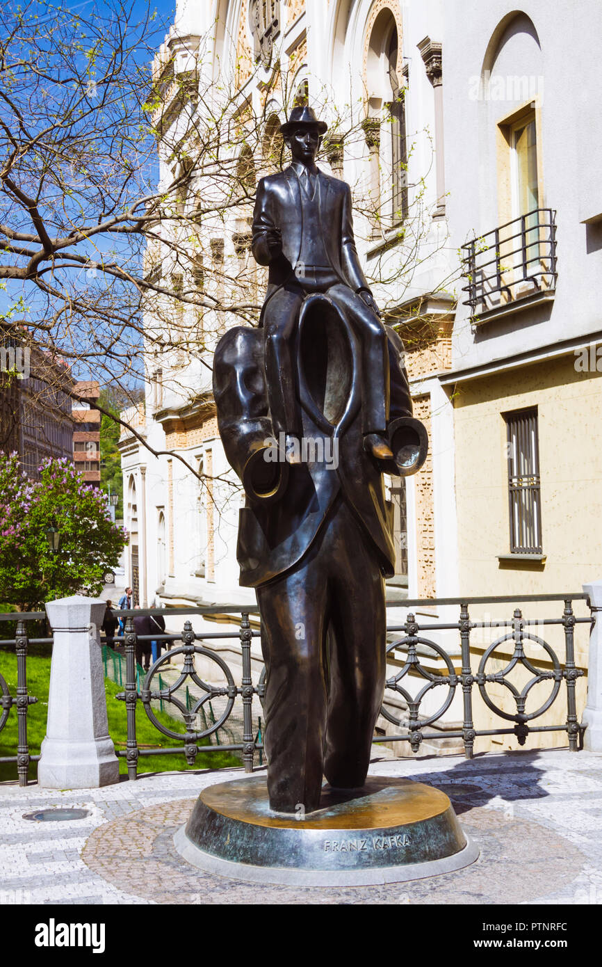 Prague, Bohemia, Czech Republic : Franz Kafka statue by artist Jaroslav Róna on Vězeňská street in the Josefov Jewish Quarter. - Stock Image