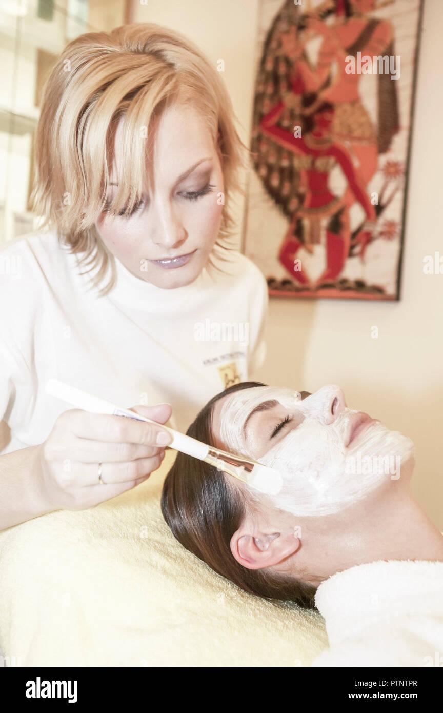 Frau Wellness Kosmetik Gesichtsbehandlung Beauty Pflege