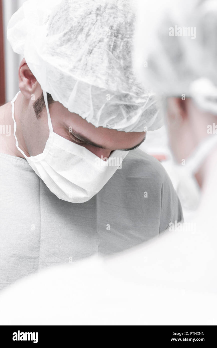 Op-saal Op-arzt Aerztin 2 Mundschutz Haube Portrait Care Krankenhaus Klinik Mann Frau Mediziner Medizin Doktor Op Operationssaal Operieren Chirug Konz Stock Photo