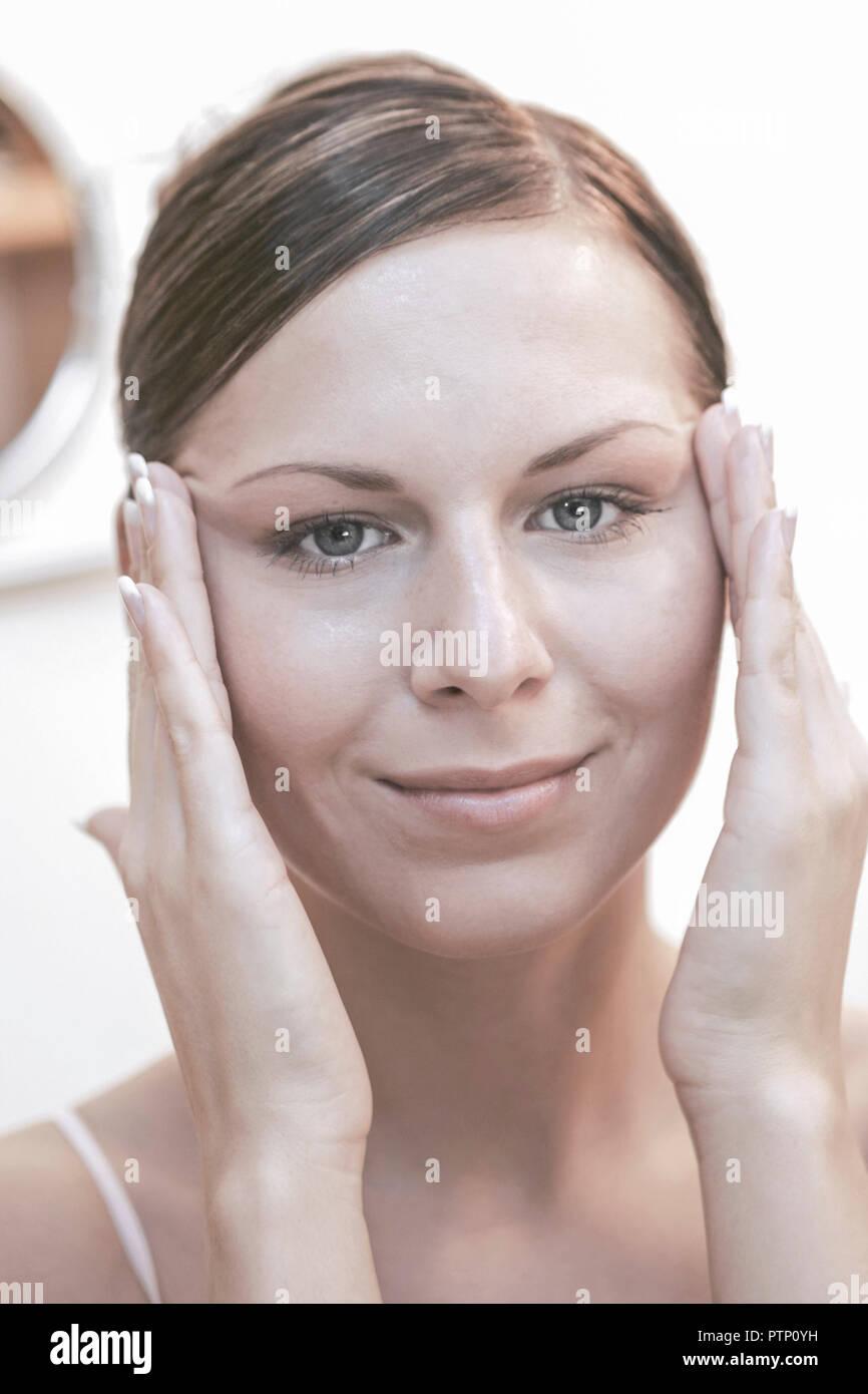 Frau 20 30 Jahre Creme Cremen Hautcreme Hautpflege Beauty Schoenheit  Kosmetik Schoenheitspflege Bad Badezimmer Spiegel Lifestyle (Modellfreigabe)