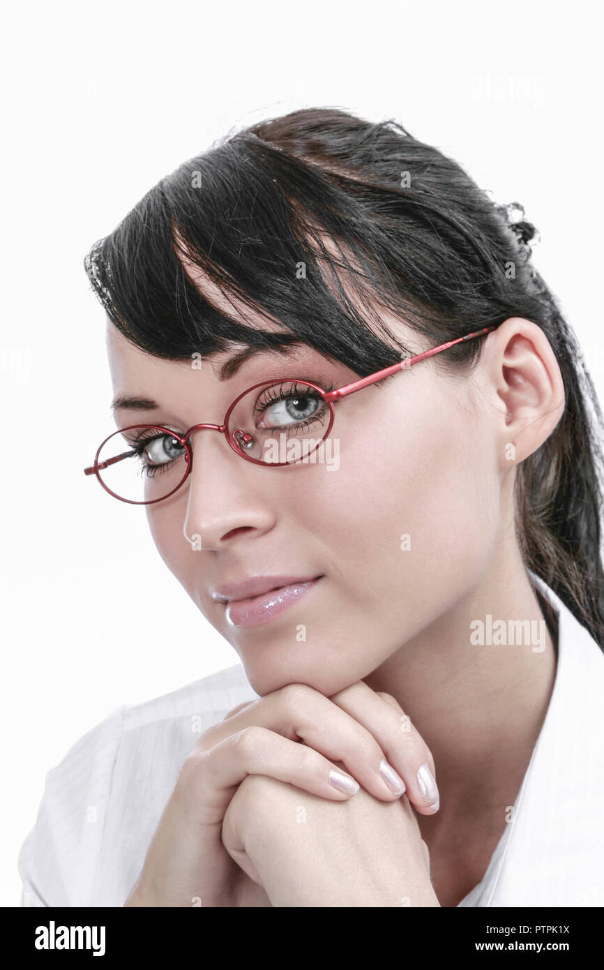junge dunkelhaarige Frau mit Brille (Modellfreigabe) - Stock Image