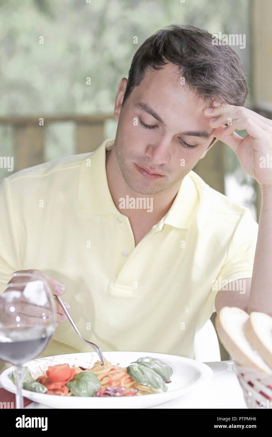 Restaurant, Mann, Spaghetti, essen, aussen, Lokal, Terrasse, jung, hungrig, Hunger, Speise, Gericht, Nudelgericht, Nudeln, italienisch, Freizeit, Life - Stock Image