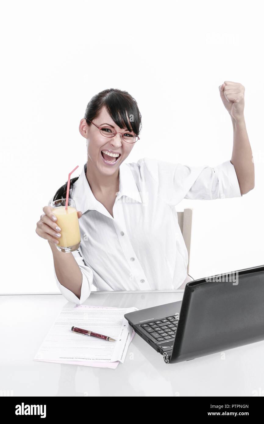 frau, jung, dunkle, lange, haare, innen, erwachsene, zufrieden, gluecklich, gelassenheit, arbeitsplatz, beschaeftigung, buero, business, businessfrau, Stock Photo