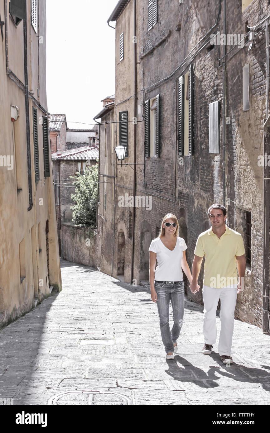 Junges Paar macht Urlaub in Italien, Siena, Sommerurlaub, Staedtereisen (Modellfreigabe) - Stock Image