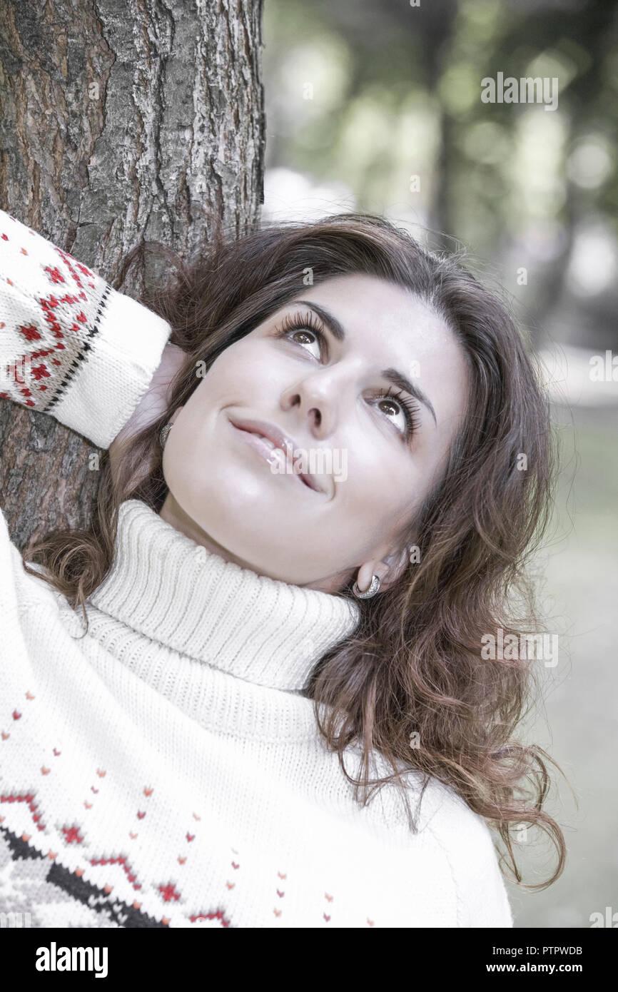 Frau, dunkelhaarig, Portrait, Herbst, 20-30 Jahre, Frauenportrait, Strickpullover, Pullover, Zufriedenheit, Ausgeglichenheit, Gesichtsausdruck, Stimmu Stock Photo