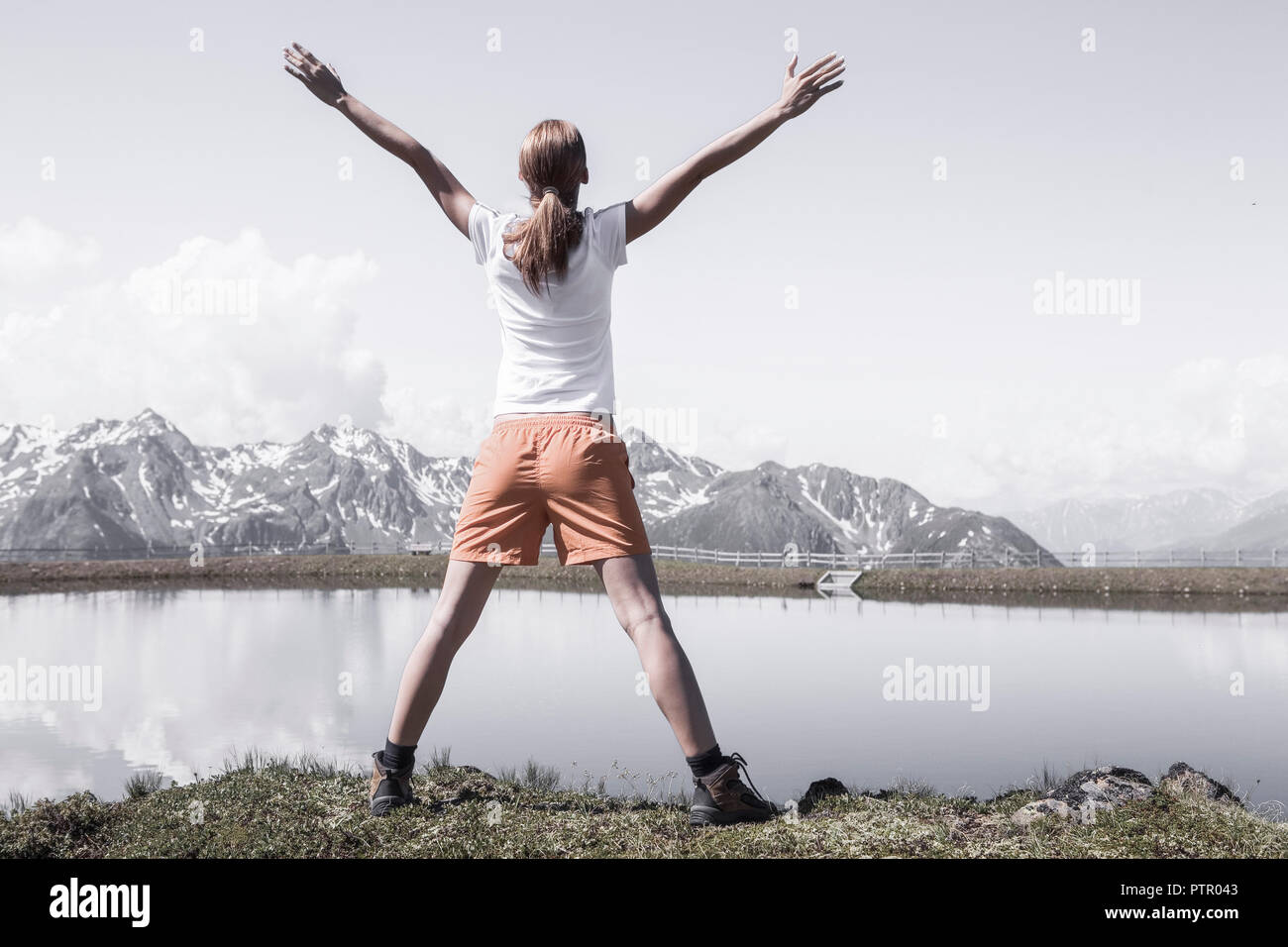 Young woman stretching back in the mountains (Modellfreigabe) - Stock Image