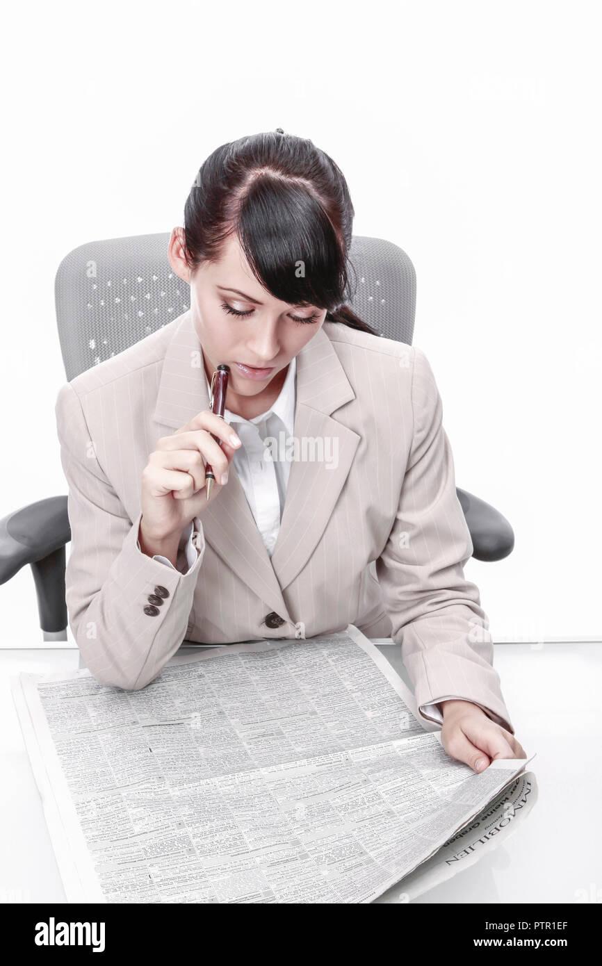 Frau, Tageszeitung, Stellenanzeigen, Wohnungsanzeigen, Miete, Mieten, Wohnungsmarkt, Wohnungssuche, Markieren, Arbeitssuche, Arbeitslos, Arbeitslosigk - Stock Image