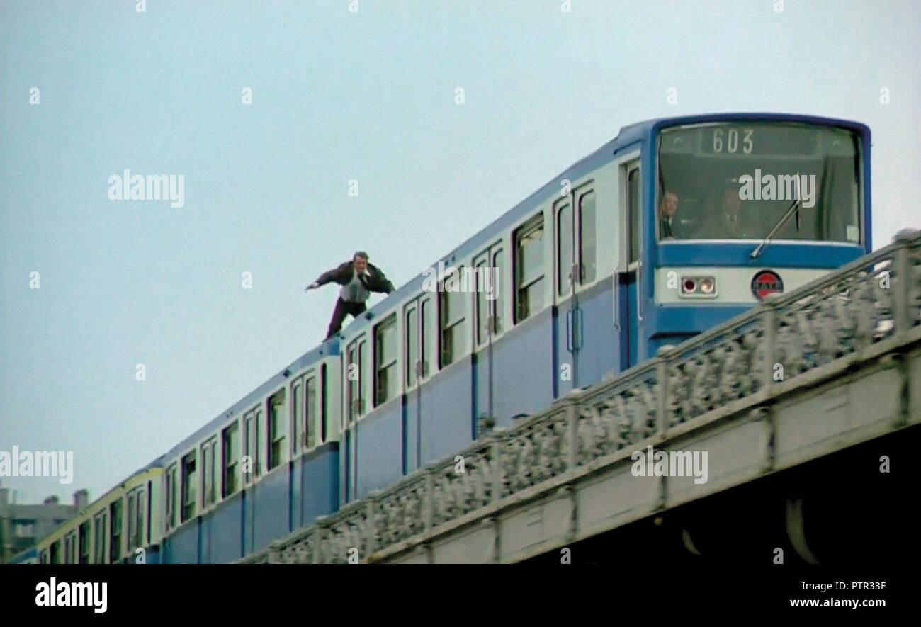 Prod DB © Cerito Films / DR PEUR SUR LA VILLE de Henri Verneuil 1975 FRA Jean-Paul Belmondo. metro parisien; parisian metro; RATP; action; Paris; France; metro aerien; aerial metro; cascade; stunt; Pont de Bir-Hakeim - Stock Image