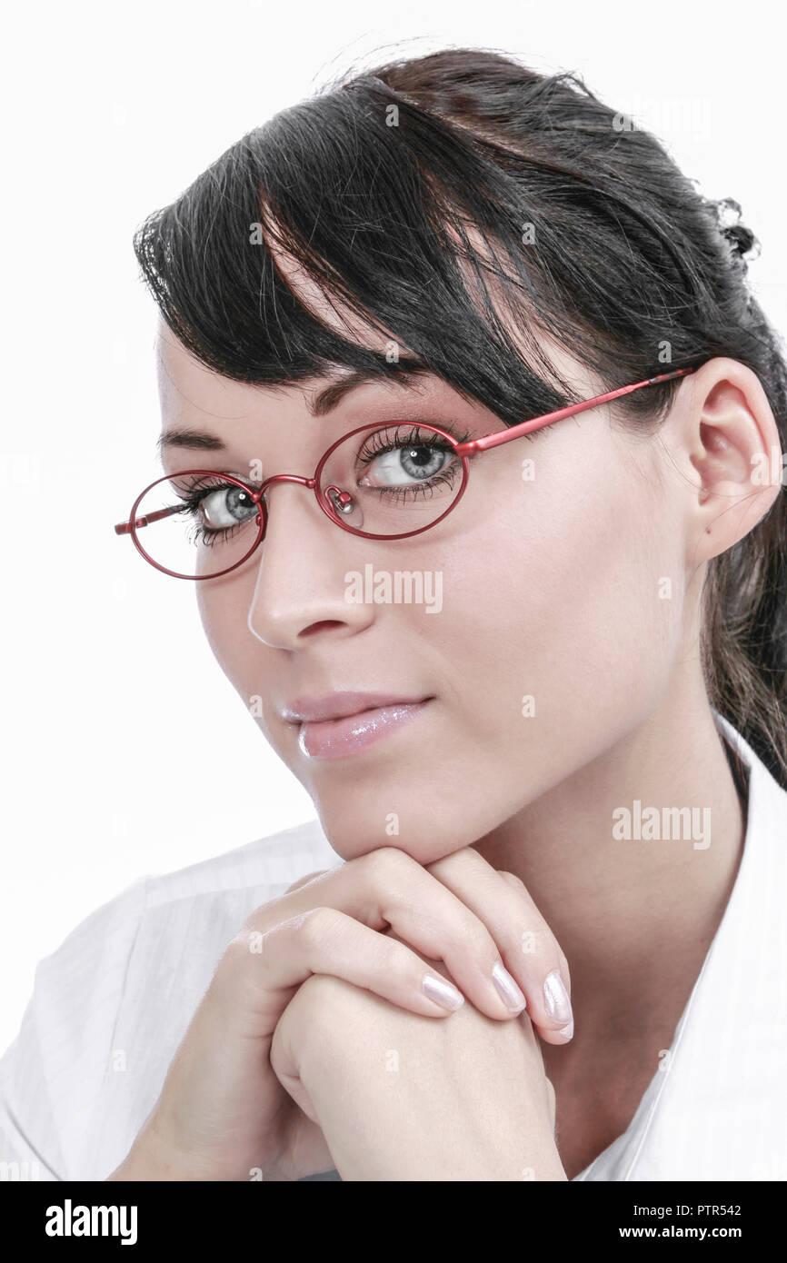 junge dunkelhaarige Frau mit Brille (Modellfreigabe) Stock Photo