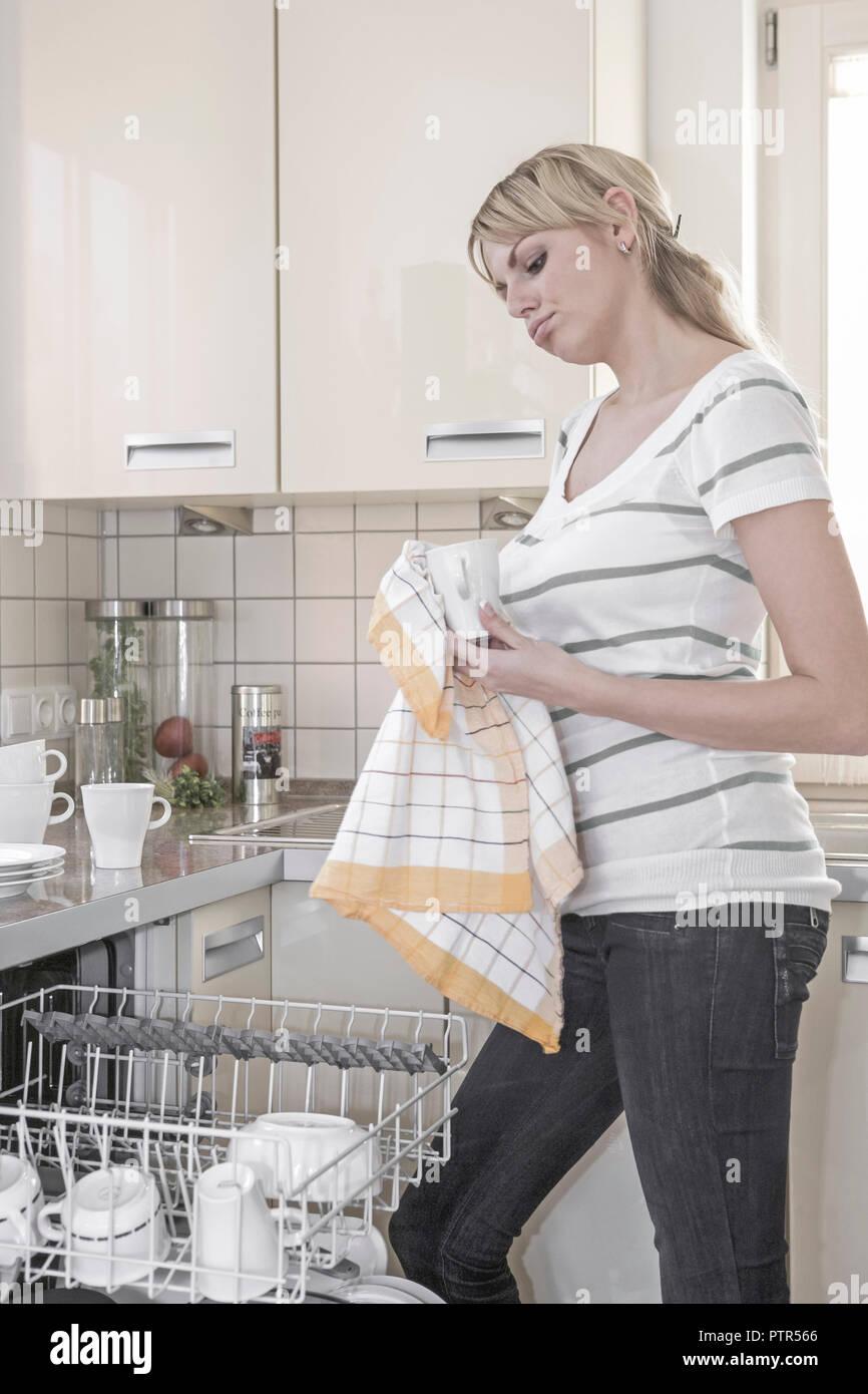Hausfrau, spuelen, Abspuelen, Geschirr, abwaschen, Waschen, Abwasch, innen, zu Hause, Haushalt, Hausarbeit, Kueche, Frau, jung, Hausfrauendasein (Mode Stock Photo