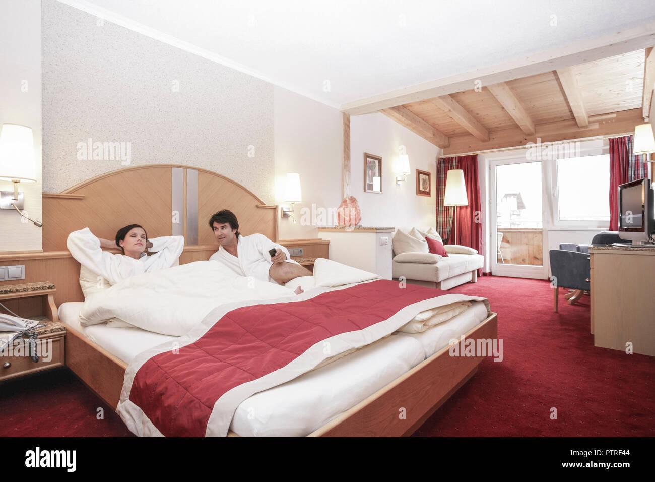 Hotelzimmer Paar Bett Liegen Froehlich Menschen 20 30 Jahre
