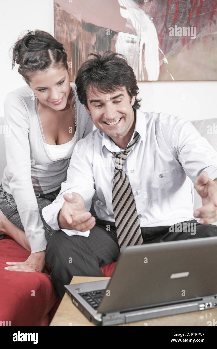 Mann, Frau, Paar, 20-30 Jahre, 30-40 Jahre, Arbeiten, Arbeitend, Beziehung, Beziehungen, Computer, Dunkelhaarig, Erwachsene, Erwachsener, Frauen, Gesi - Stock Image