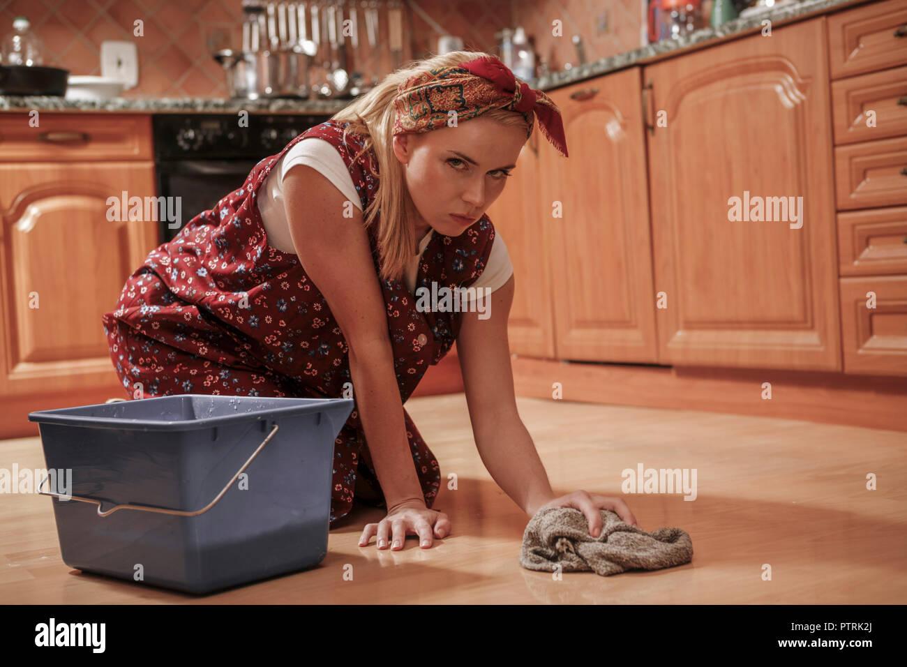 Fußboden Wischen ~ Hausfrau schuerze fussboden wischen frau 30 40 jahre putzfrau