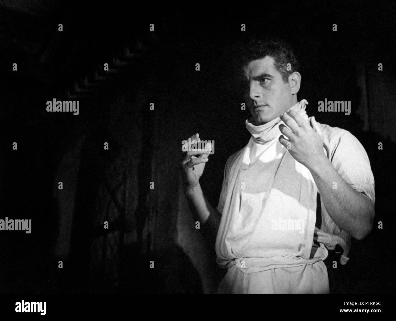 Prod DB © B.C.M. - La France en Marche / DR LE DIABLE SOUFFLE de Edmond T. Greville 1947 FRA. Jean Chevrier. chirurgien; surgeon - Stock Image
