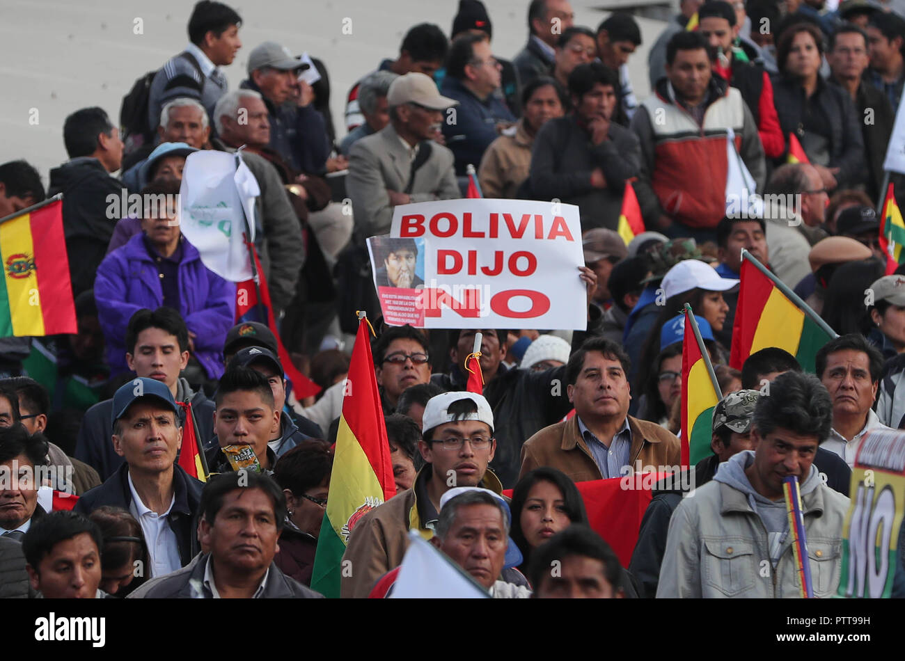 La Paz, Bolivia. 10th Oct, 2018. Thousands of people march against the President of Bolivia Evo Morales, in La Paz, Bolivia, 10 October 2018. Thousands of detractors of President Evo marched today in the main cities of the country to demand that the results of a referendum be respected, which denied the president the possibility of returning to run in 2019, after remembering the 36 continuous years of democracy in the country. Credit: Martin Alipaz/EFE/Alamy Live News - Stock Image