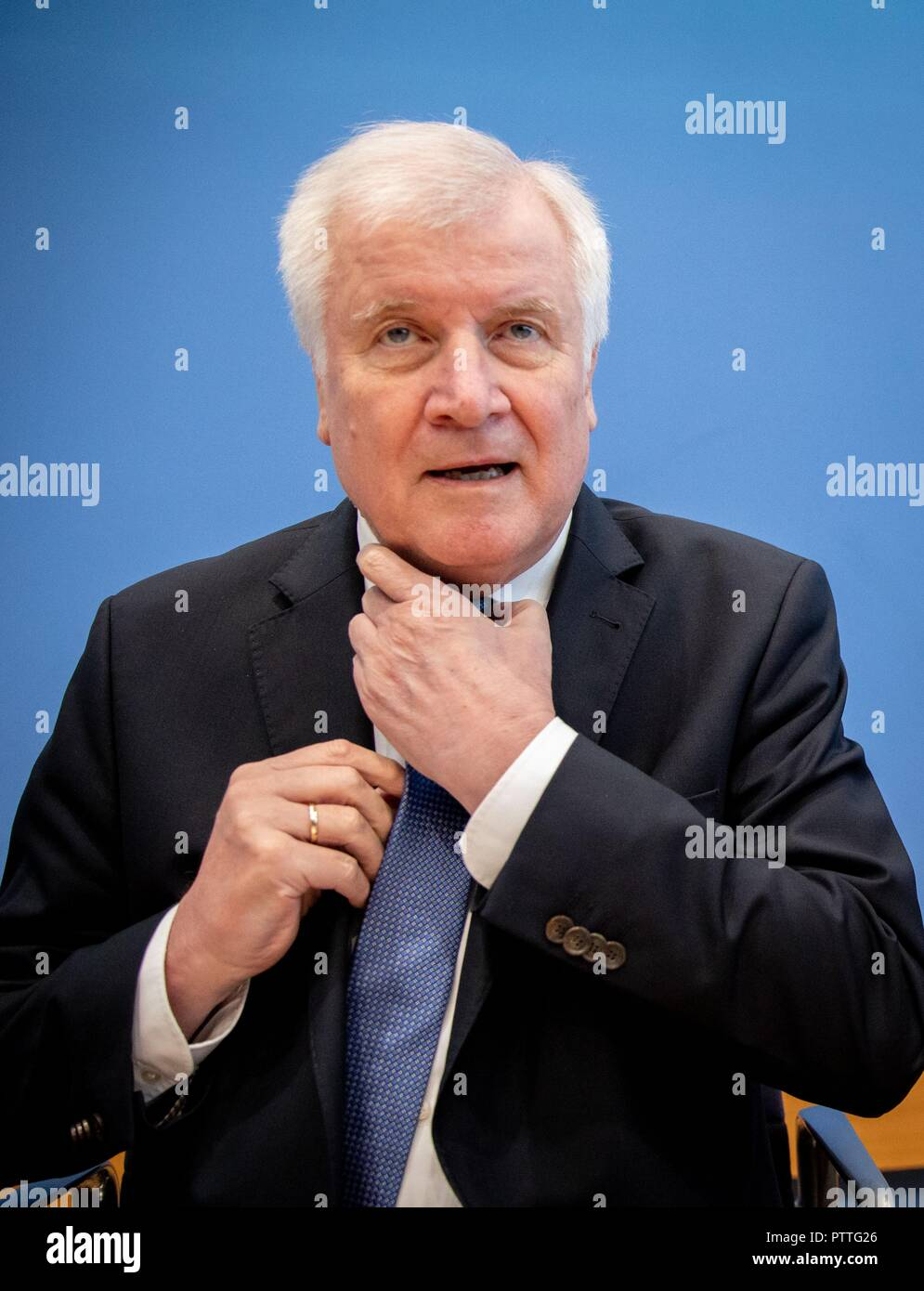 11 October 2018, Berlin: Horst Seehofer (CSU), Federal Minister of the Interior, Building and Home Affairs, presents the situation report of the Federal Office for Information Security (BSI). The BSI is responsible for defending against cyber attacks and advises associations and companies. Photo: Kay Nietfeld/dpa Stock Photo