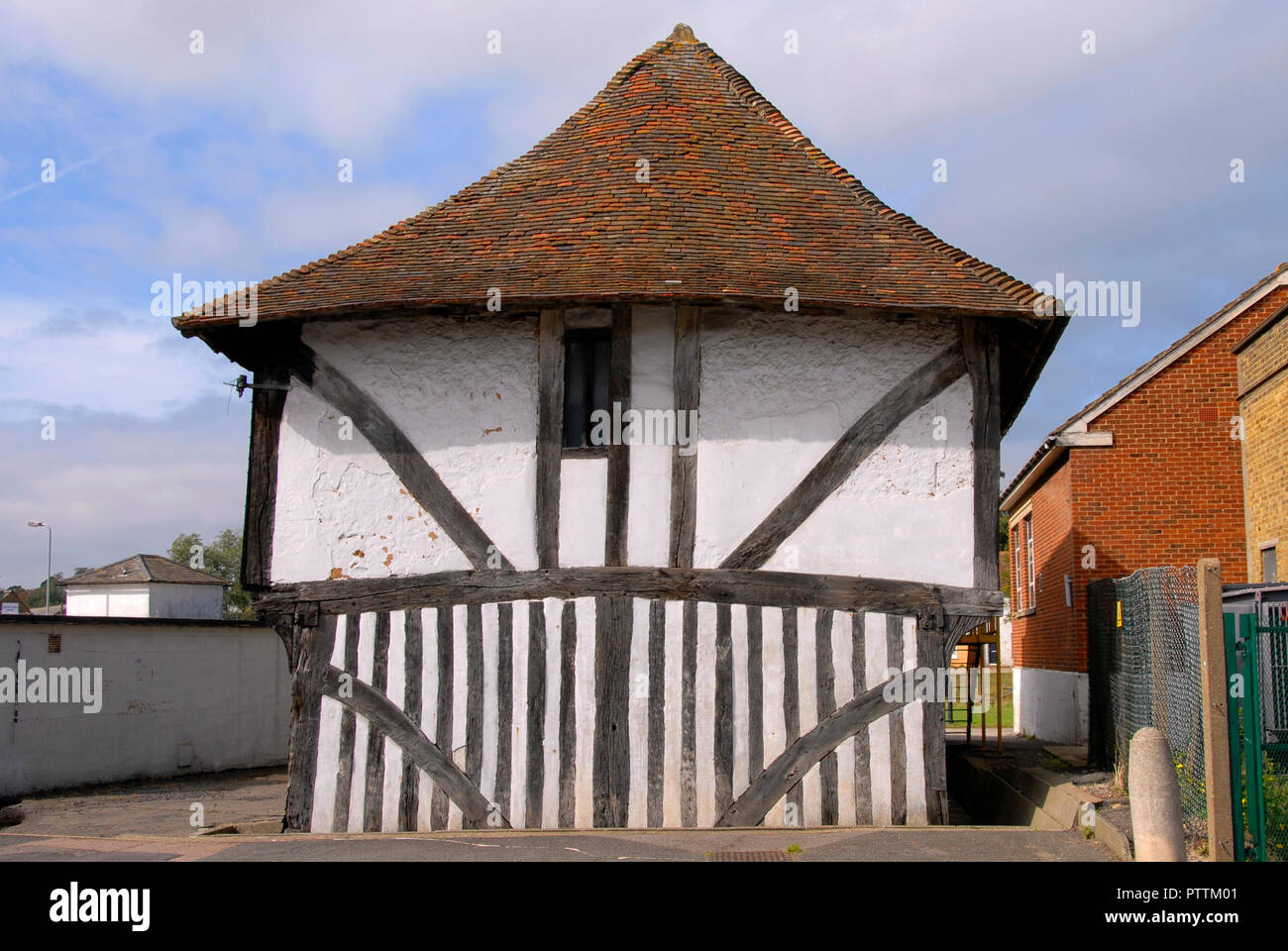 Old 15th century roadside barn, Faversham, Kent, England - Stock Image