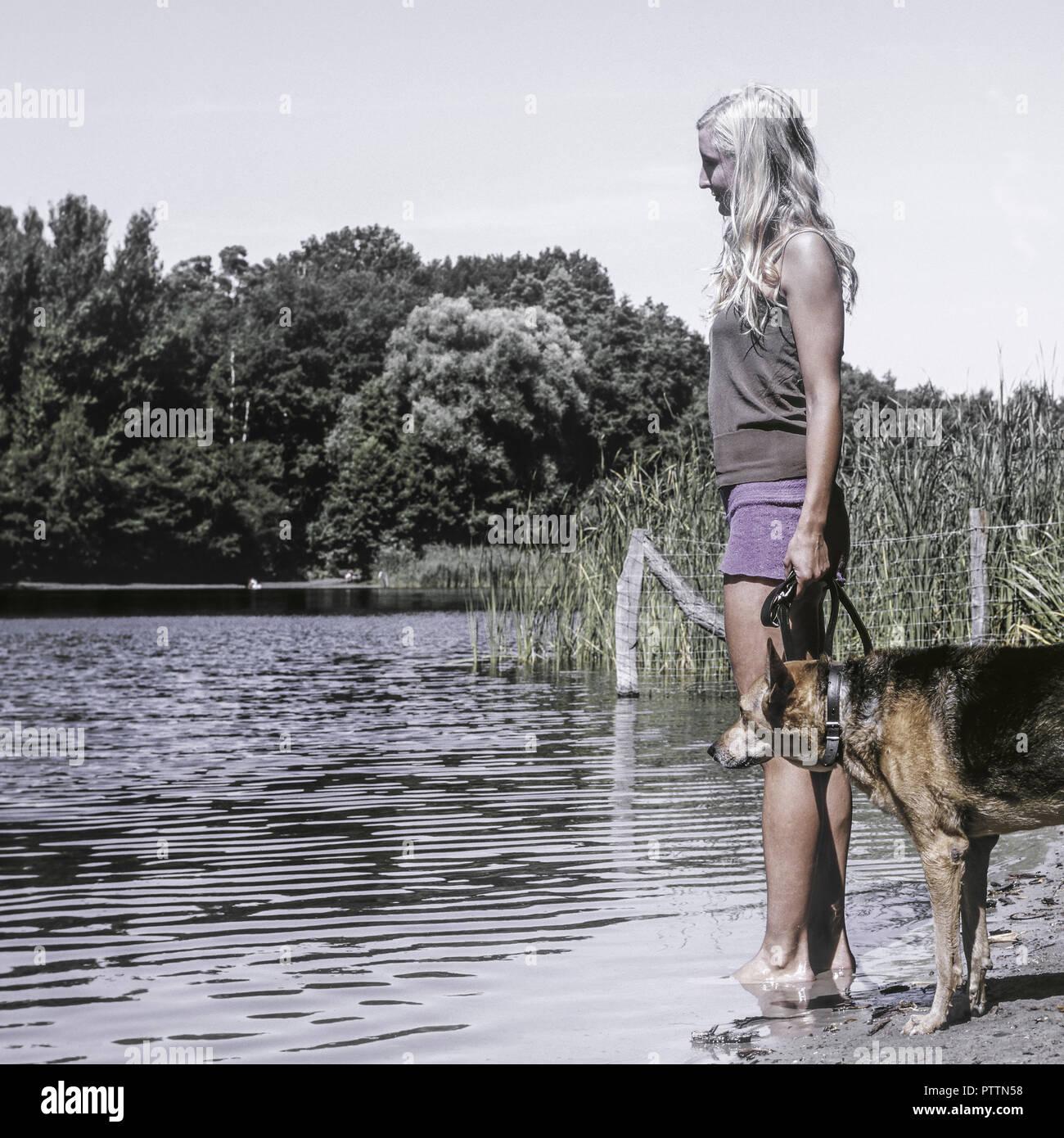 Frau hund mit Der leckende