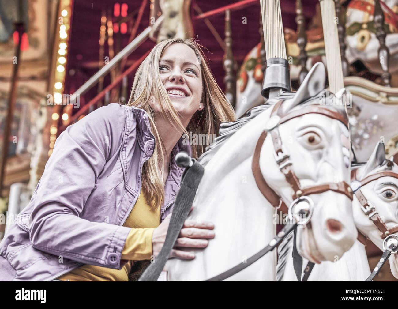 Junge Frau auf Volksfest (model-released) - Stock Image