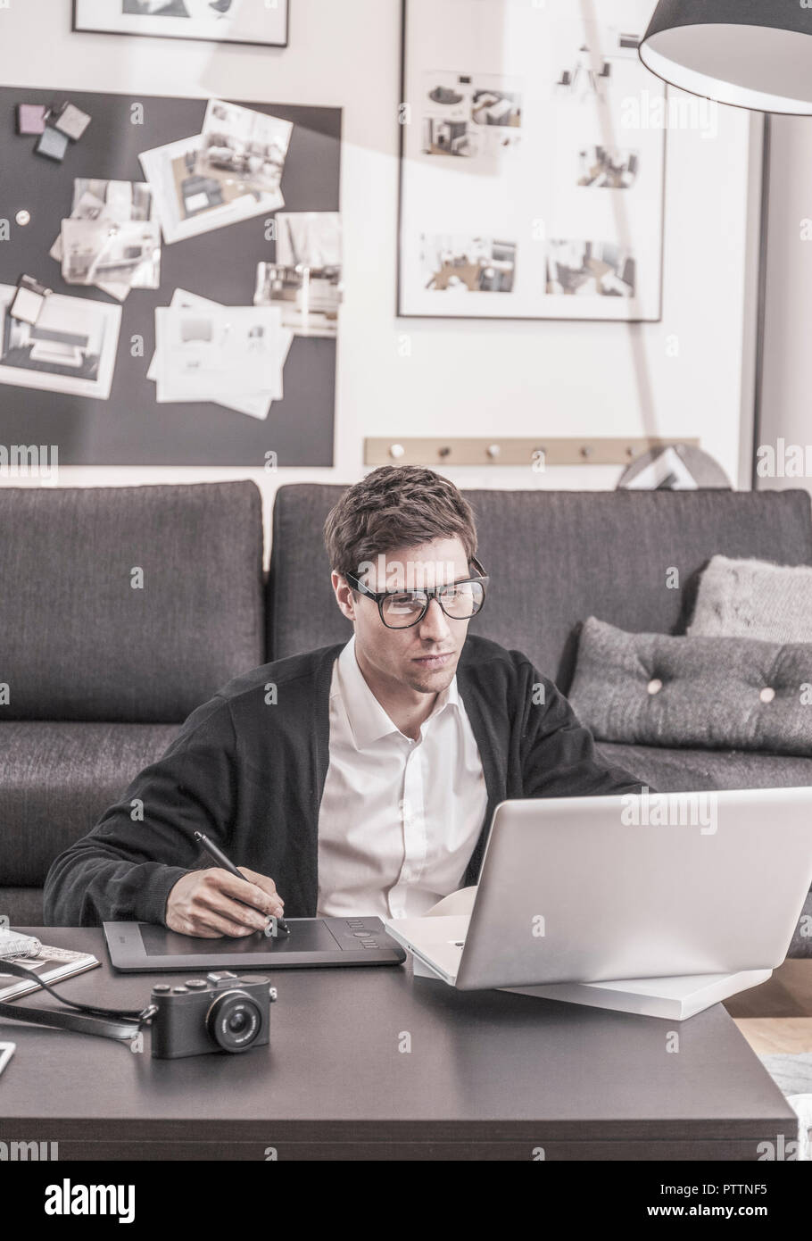 Mann zuhause, arbeitet am Laptop (model-released) Stock Photo