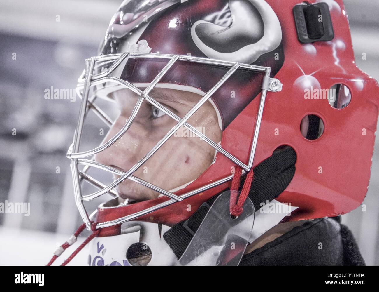 Eishockey, Torhueter mit Helm und Schutzmaske, Portraet (model-released) - Stock Image