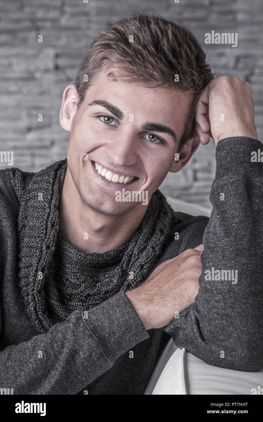 Junger Mann, Portraet, Studioaufnahme (model-released) Stock Photo