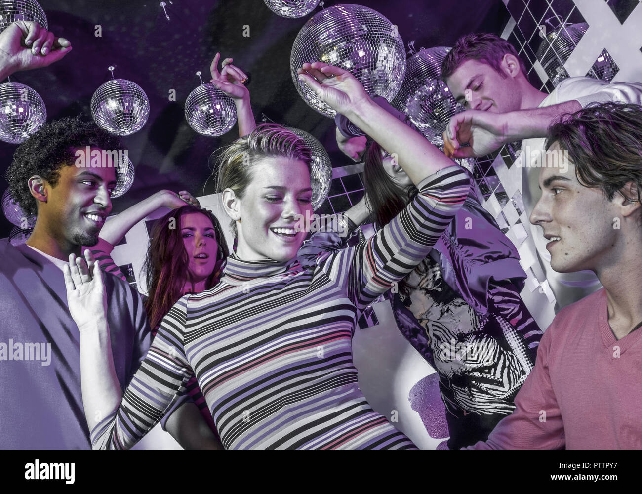 Junge Leute tanzen in Disco (model-released) - Stock Image