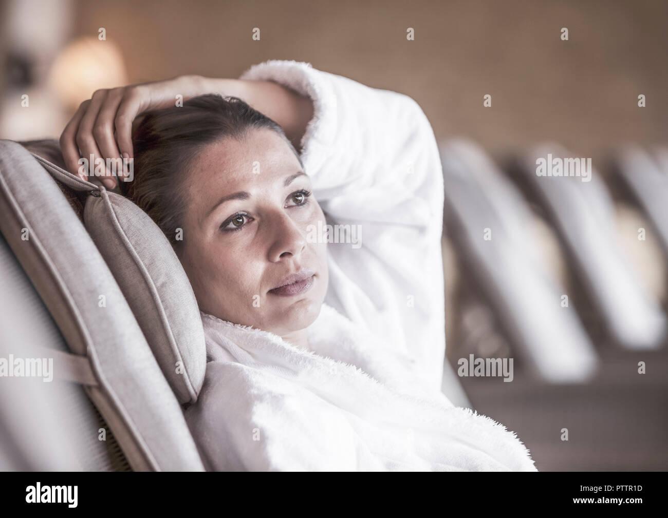 Dunkelhaarige Frau im Bademantel in Ruheraum (model-released) Stock Photo