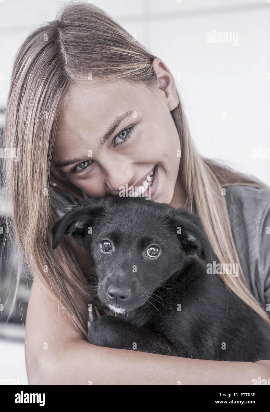 Maedchen mit kleinem Hund (model-released) - Stock Image