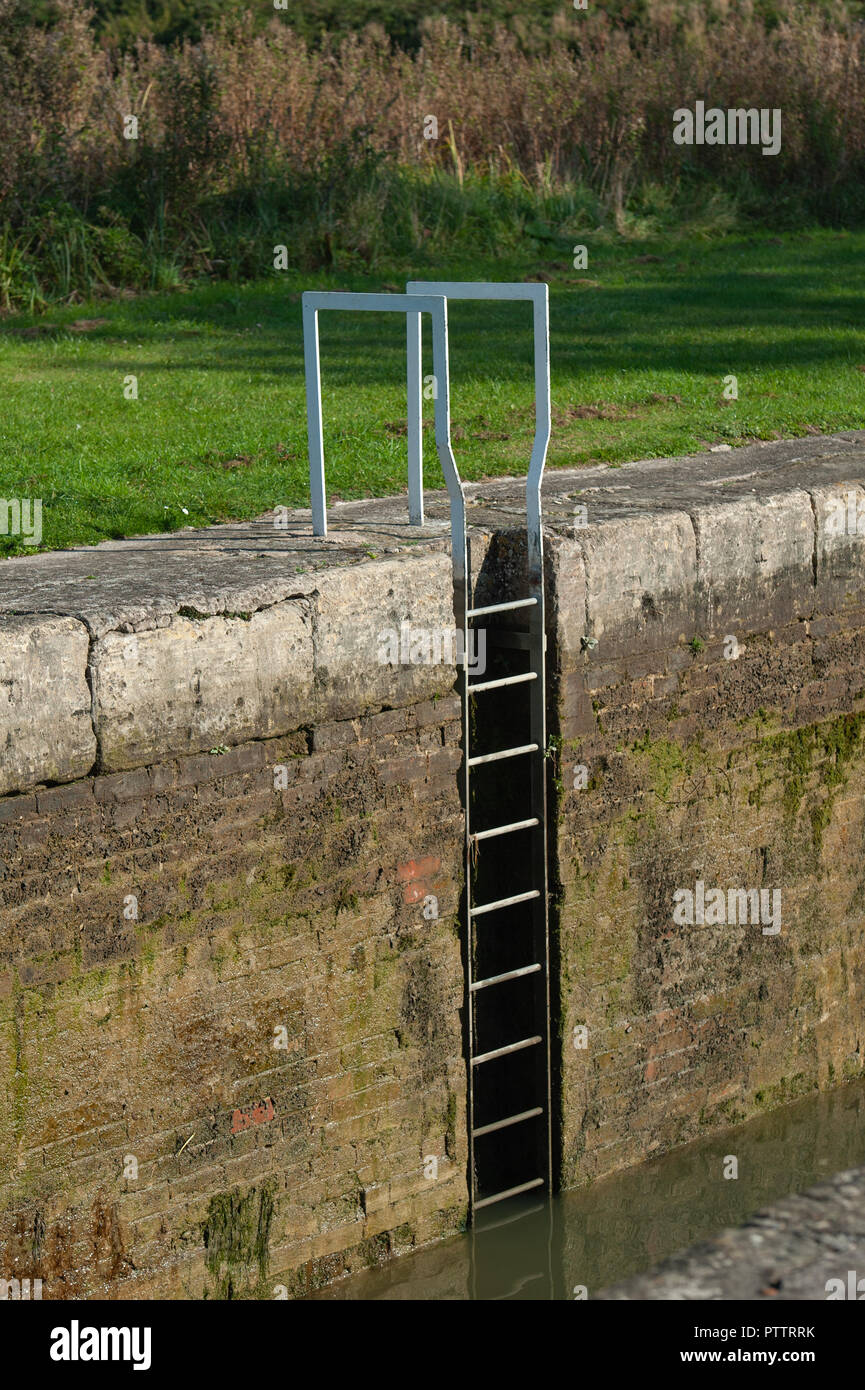 Steps down into a lock on the Caen Hill Flight on the Kennet and Avon Canal, Devizes, Wiltshire, UK. - Stock Image