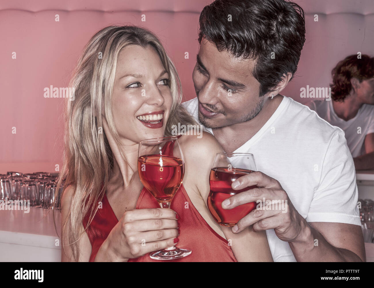 Paar in Nachtclub mit Cocktails (model-released) - Stock Image