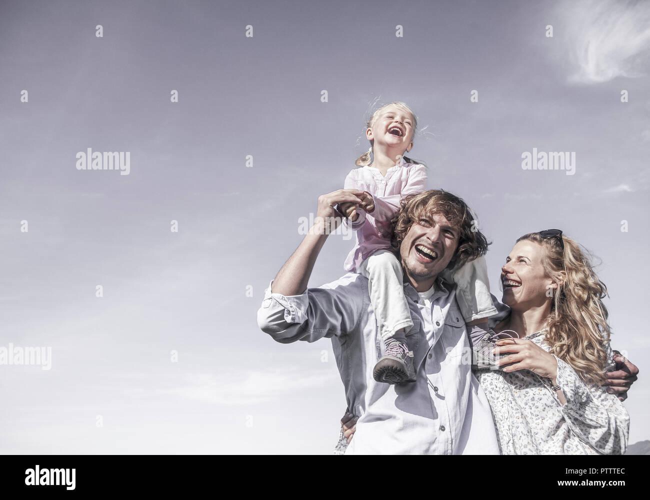 Froehliche Familie mit kleinem Maedchen (model-released) - Stock Image