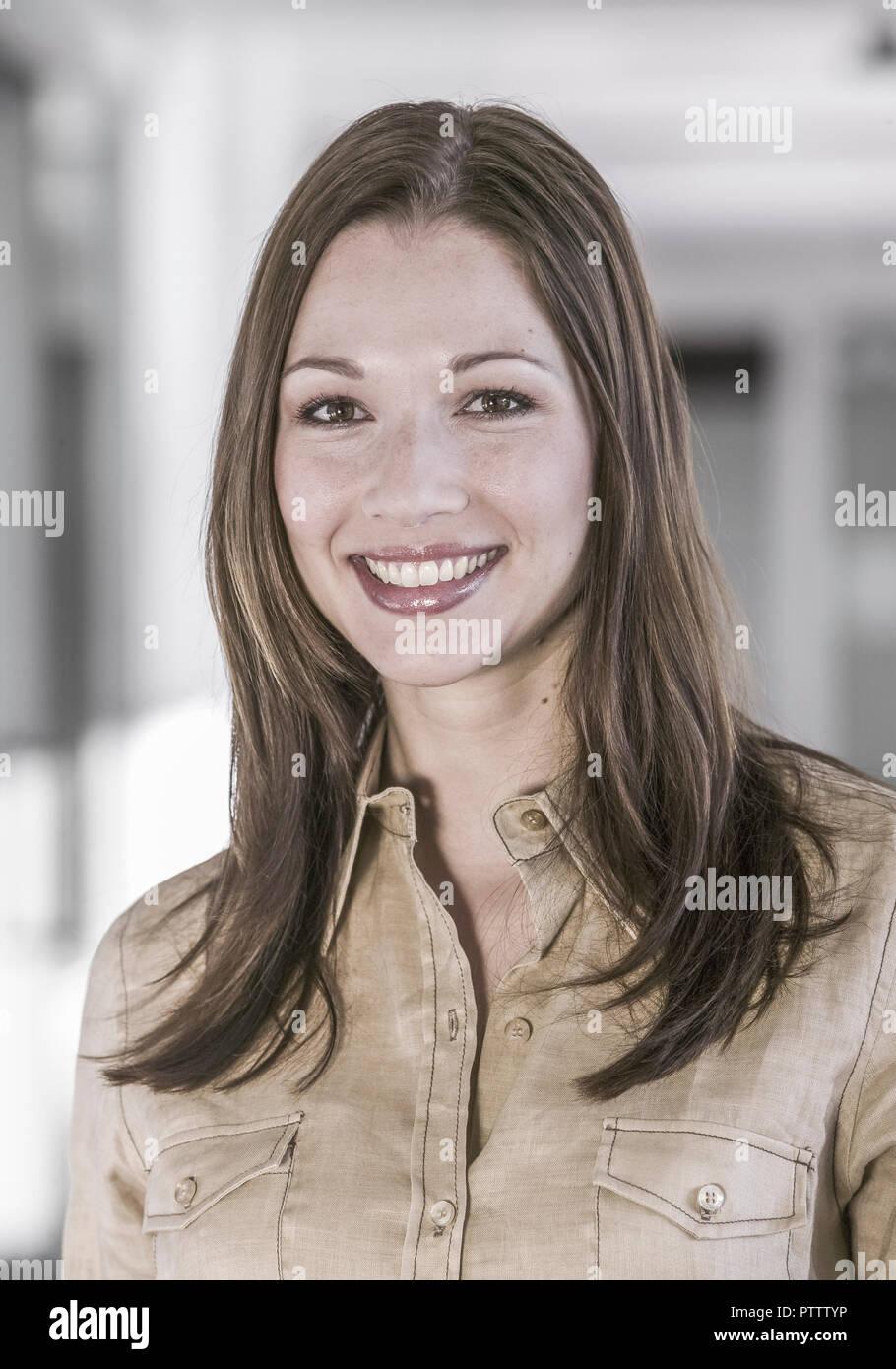 Frau im Buero, Portraet (model-released) - Stock Image