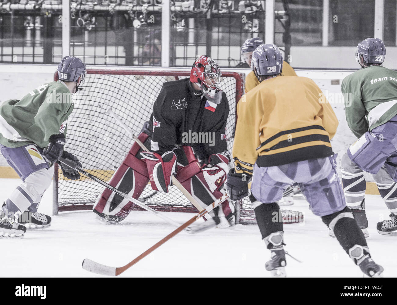 Eishockey, Spielszene vor dem Tor (model-released) - Stock Image