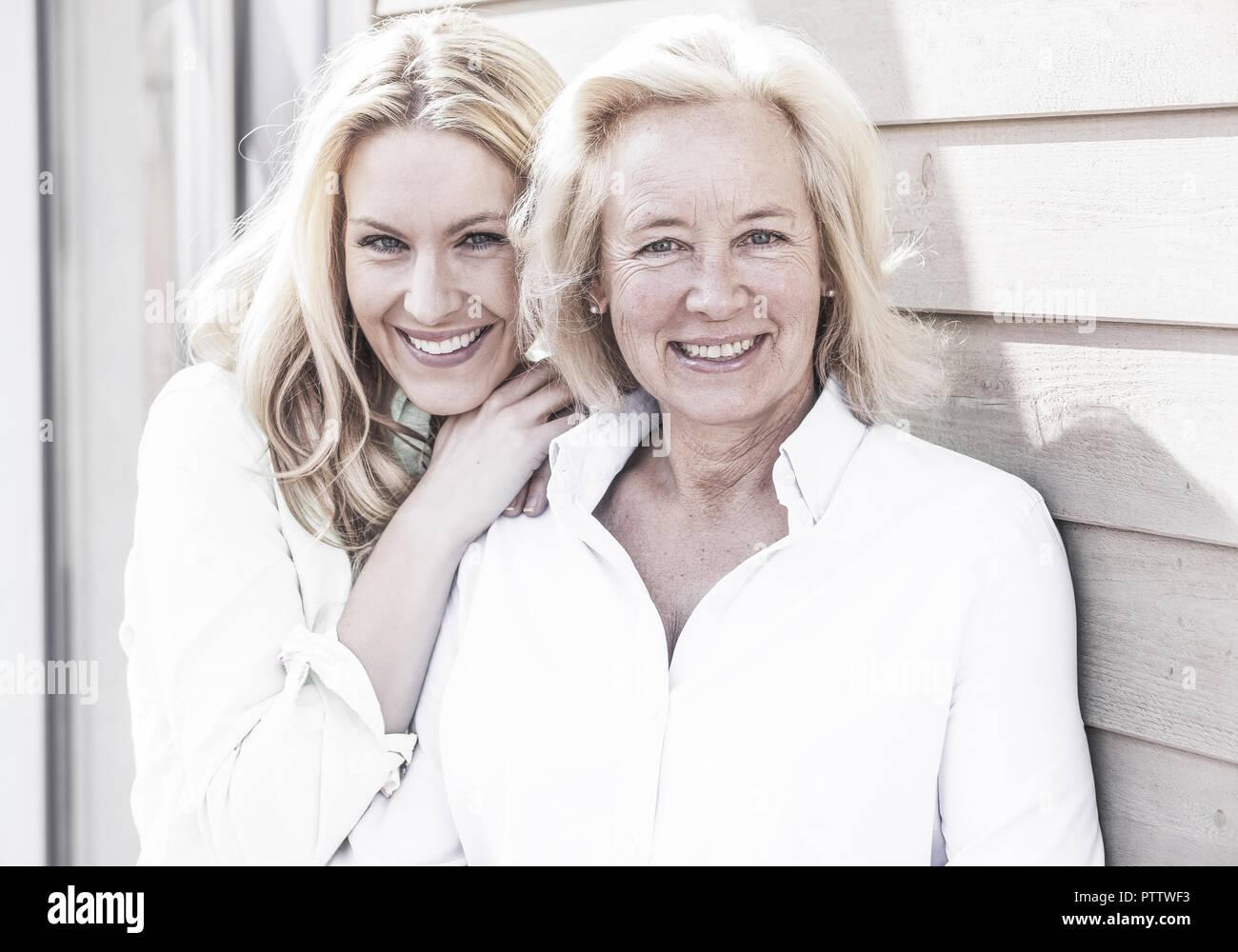 Mutter mit erwachsener Tochter, Portraet (model-released) - Stock Image